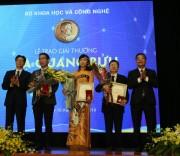 Phó Thủ tướng Chính phủ Vũ Đức Đam và Bộ trưởng Bộ KH&CN Chu Ngọc Anh trao Giải thưởng Tạ Quang Bửu năm 2019 cho ba nhà khoa học.