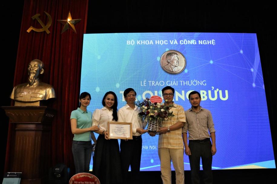 Thứ trưởng, Phó Chủ nhiệm Ủy ban Dân tộc Phan Văn Hùng, tặng hoa chúc mừng nhóm tác giả báo Dân tộc và Phát triển đạt giải.