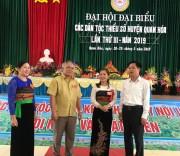 Ông Lương Văn Tưởng, Trưởng Ban Dân tộc tỉnh Thanh Hóa (ngoài cùng bên phải ) và Bí thư Huyện ủy Quan Hóa Phạm Bá Diệm (người đứng thứ hai từ bên trái) trao đổi với đại biểu dự Đại hội đại biểu DTTS huyện Quan Hóa lần thứ III năm 2019.