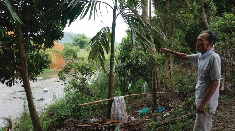 Ông Đào Trọng Vĩnh, tổ 30 phản ánh về việc đổ đất khu dự án cao hơn phần đất ở khu dân cư, gây lo lắng cho người dân.