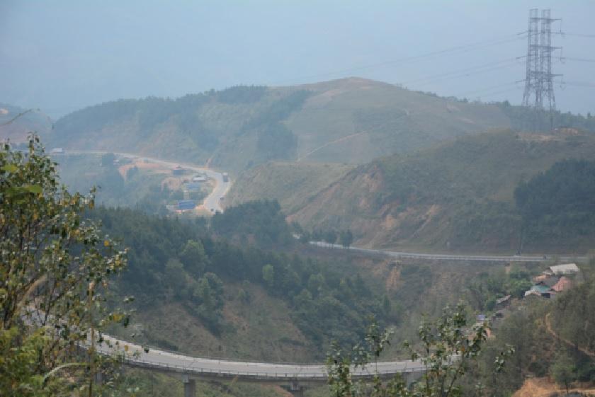 Đèo Pha Đin là tuyến đường huyết mạch giúp Điện Biên giao thương với các tỉnh thành khác trong cả nước.