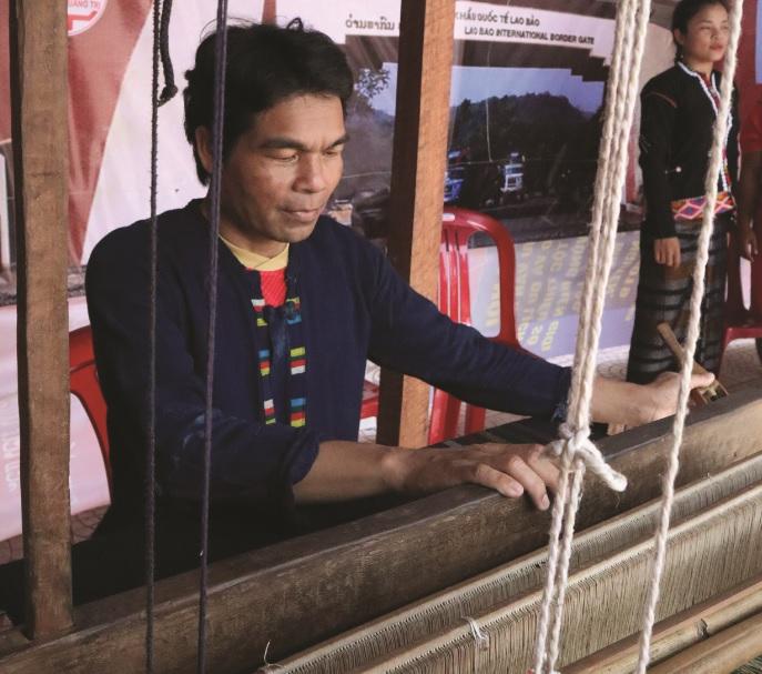 Nghệ nhân Hồ Văn Hồi bên khung dệt truyền thống của người Pa cô, Vân Kiều.
