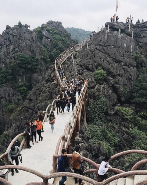 Quần thể danh thắng Tràng An (Ninh Bình) đã từng bị xâm hại bởi công trình cầu xây dựng trái phép (nay đã được tháo dỡ). Ảnh TL