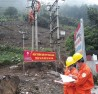 Công nhân ngành điện kiểm tra an toàn đường dây, đảm bảo an toàn lưới điện mùa mưa bão.