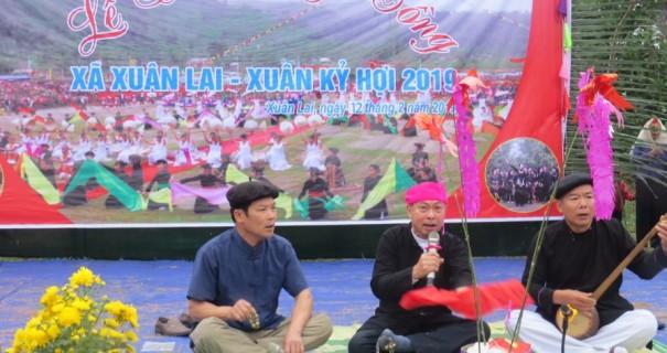 """Nghệ nhân Hoàng Tương Lai (ngồi giữa) làm """"quan làng"""" trong Lễ hội Lồng tồng ở địa phương."""