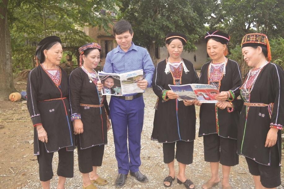 Trưởng thôn Trần Văn Thanh tuyên truyền chính sách pháp luật cho bà con đồng Dao thôn Hòn Lau, xã Thắng Quân, huyện Yên Sơn (Tuyên Quang).