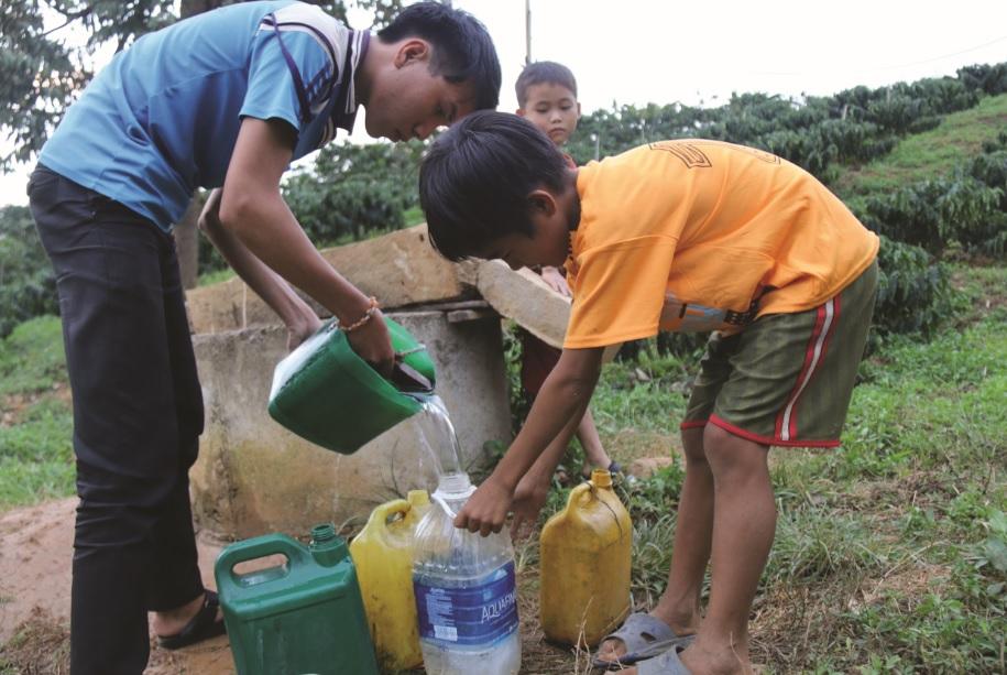 Các em học sinh tự đi lấy nước để sinh hoạt và nấu ăn.