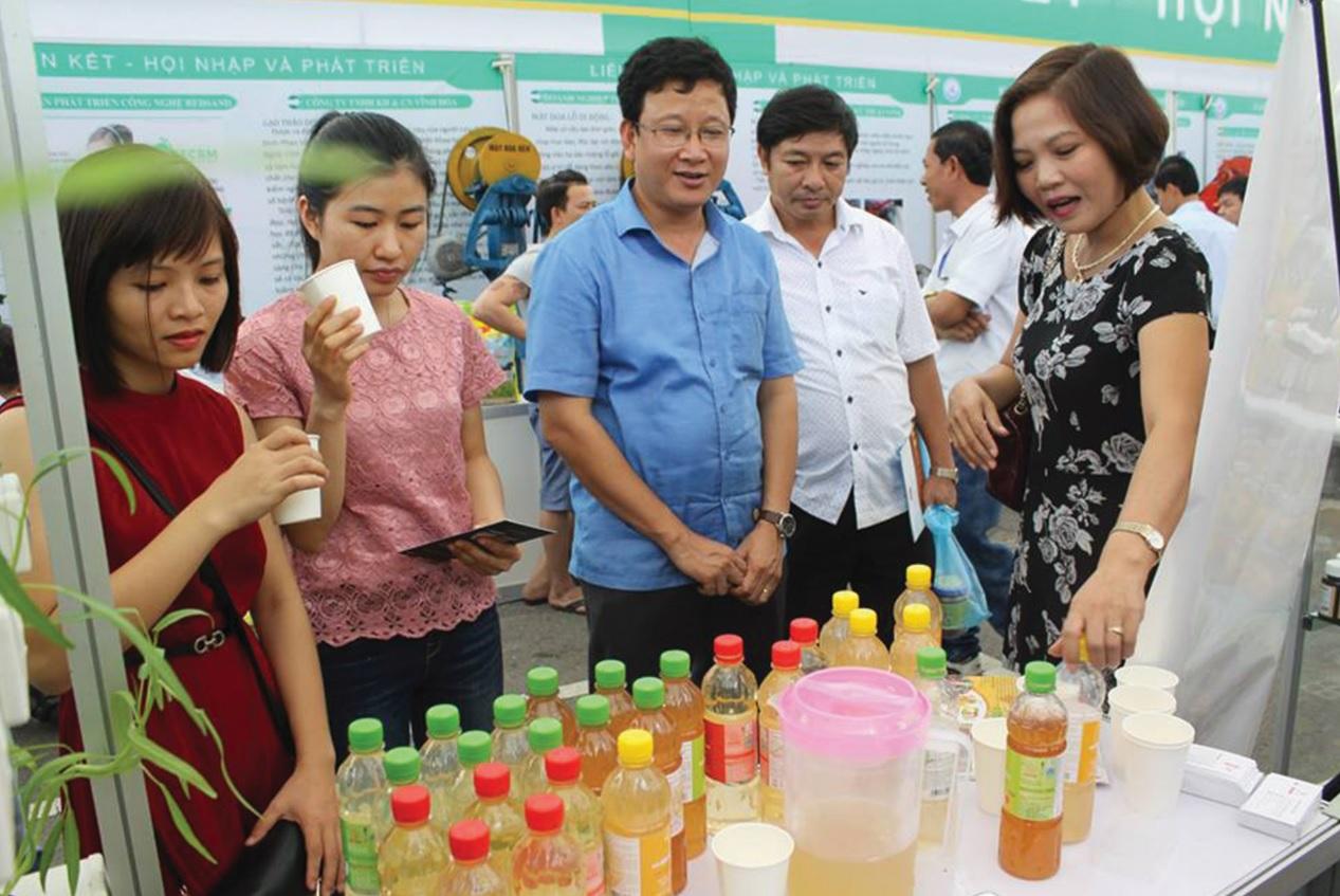 Giám đốc Bạch Kim Ngân (người đầu tiên bên phải) tại Hội nghị Khuyến công với các sản phẩm đạt Thương hiệu quốc gia 2019.