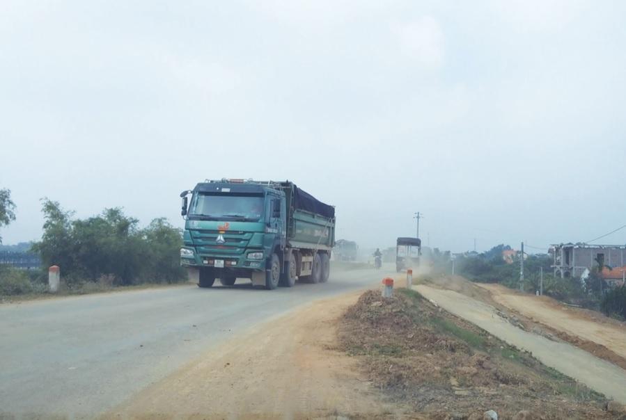Tình trạng xe quá tải vẫn thường xuyên qua lại trên các mặt đê.