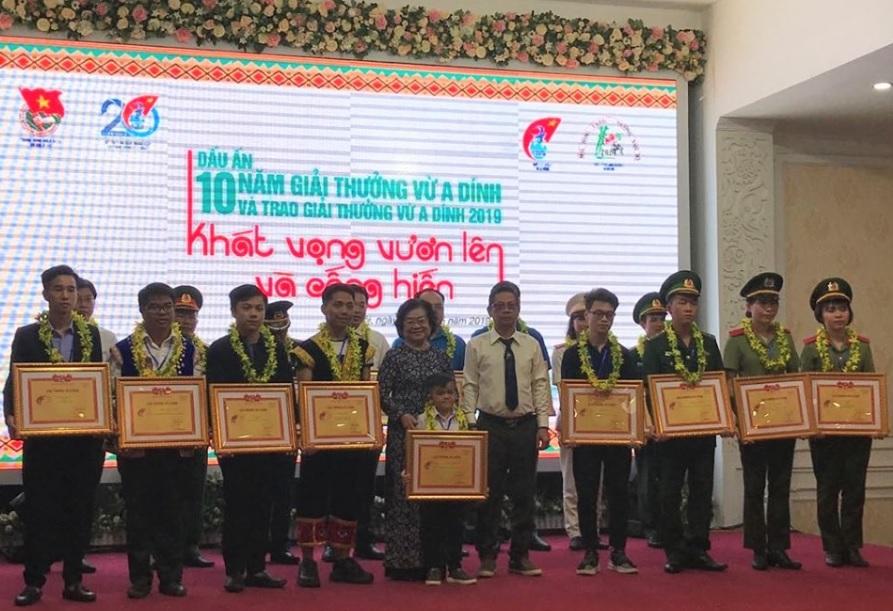 Đồng chí Trương Mỹ Hoa, Chủ tịch Quỹ học bổng Vừ A Dính và ông Trương Thuận, Phó tổng giám đốc công ty TNHH thương mại-dịch vụ Làng Nướng Nam Bộ trao giải thưởn cho các cá nhân đạt Giải thưởng Vừ A Dính năm 2019