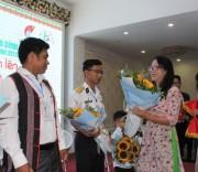 Thứ trưởng, Phó Chủ nhiệm UBDT Hoàng Thị Hạnh trao hoa cho các cá nhân đạt giải Vừ A Dính năm 2019 và đại biểu đã từng đạt giải.