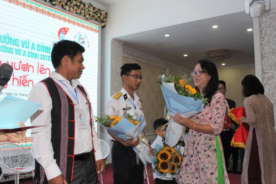 Thứ trưởng, Phó Chủ nhiệm UBDT Hoàng Thị Hạnh trao hoa và chụp ảnh lưu niệm cùng các cá nhân đạt giải năm 2019 và đại biểu đã từng đạt giải