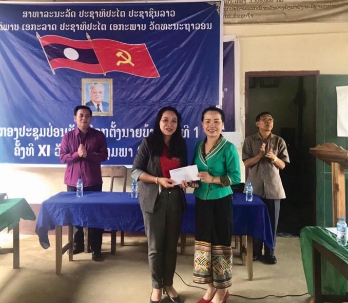 Thứ trưởng, Phó Chủ nhiệm Ủy ban Dân tộc Hoàng Thị Hạnh (đứng thứ hai từ trái sang phải) tặng quà cho cộng đồng DTTS tỉnh Luông Pha Băng.