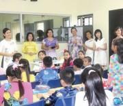 Cô Nguyễn Thị Liên (ngoài cùng, bên trái) cùng các cô giáo và học sinh tại lớp học tiếng Việt ở Malaysia.