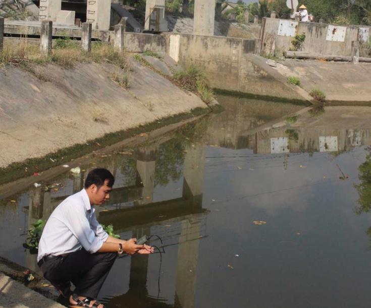 Cán bộ chuyên ngành tỉnh Long An thường xuyên kiểm tra độ mặn các tuyến kênh để chủ động phòng chống.