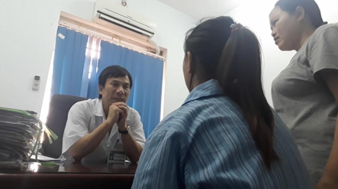 PGS.TS Tô Thanh Phương đang trò chuyện cùng bệnh nhân nghiện ma túy đá.