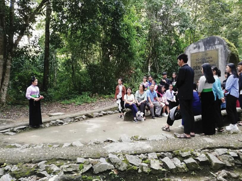 Du khách thăm quan khu di tích Sở chỉ huy Chiến dịch Mường Phăng.