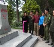 Ông Lỷ A Chặng- Người có uy tín ( thứ 3 bên trái) cùng cán bộ, chiến sĩ công an tuyên truyền cho đồng bào DTTS về trách nhiệm bảo vệ cột mốc biên giới