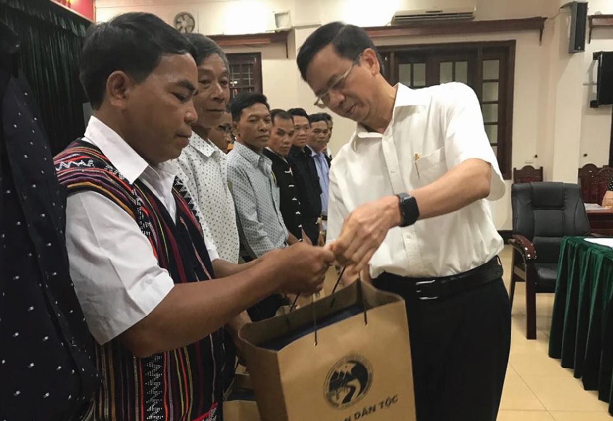 Thứ trưởng, Phó Chủ nhiệm UBDT Phan Văn Hùng tặng quà cho đại biểu Người có uy tín tại buổi Gặp mặt.