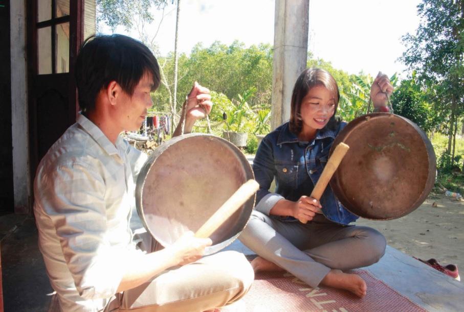 Chị Nguyễn Thị Kiều và anh Ngô Tiến Sĩ tham gia CLB Cồng chiêng Thọ An.