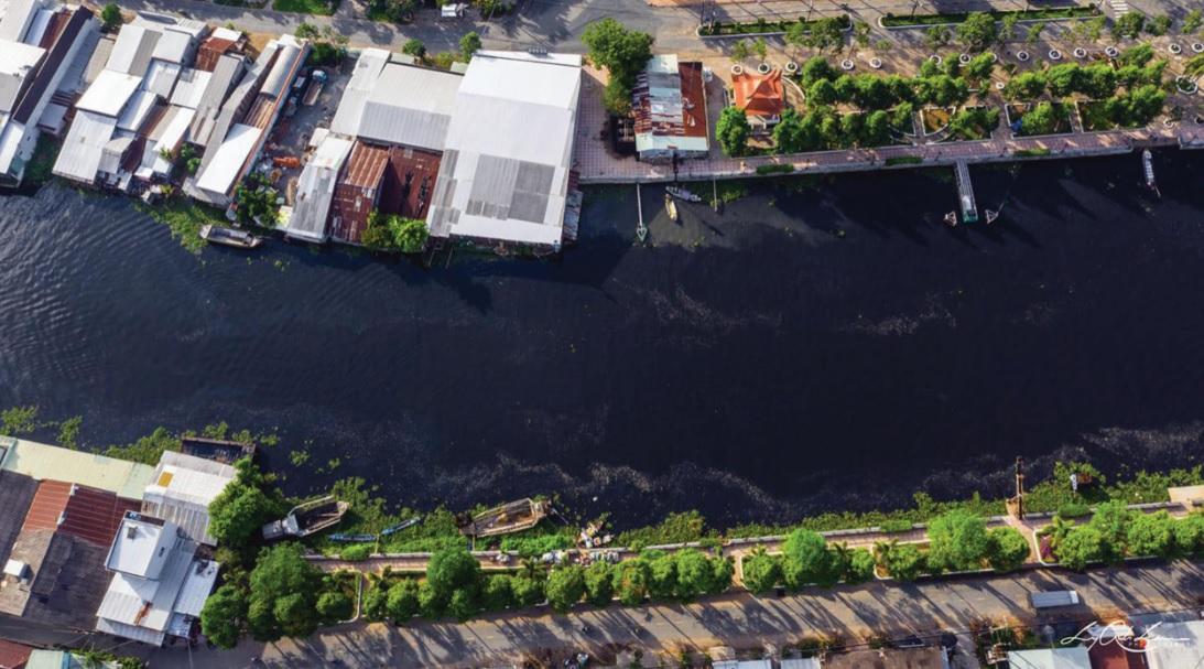 Nguồn nước đen ngòm thải ra từ Nhà máy mía đường, cồn Long Mỹ Phát.