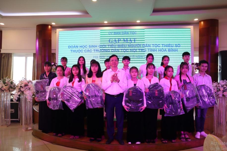 Thứ trưởng, Phó Chủ nhiệm Phan Văn Hùng chụp ảnh lưu niệm với các em học sinh