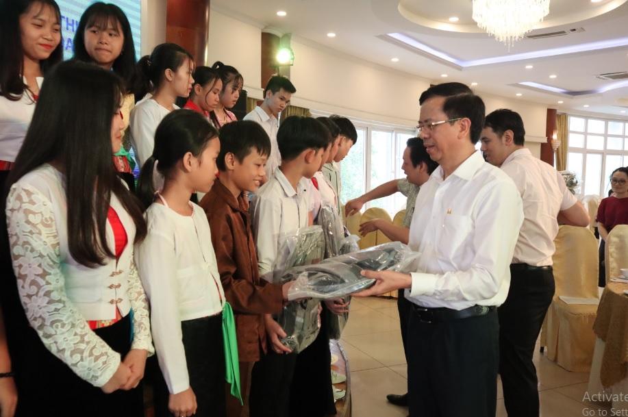 Thứ trưởng, Phó Chủ nhiệm Phan Văn Hùng tặng quà cho các em học sinh giỏi tiêu biểu người DTTS thuộc các trường DTNT tỉnh Hòa Bình.