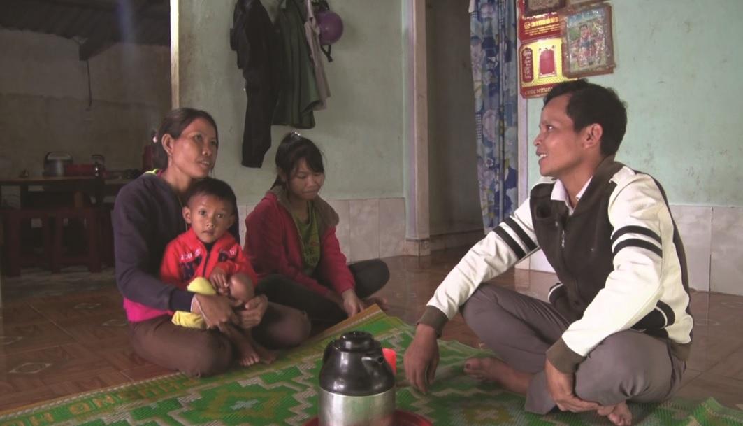 Cán bộ xóm Khuổi Heo, xã Bình Lãng, huyện Thông Nông tuyên truyền, vận động đồng bào dân tộc thiểu số thực hiện Luật Hôn nhân và Gia đình.