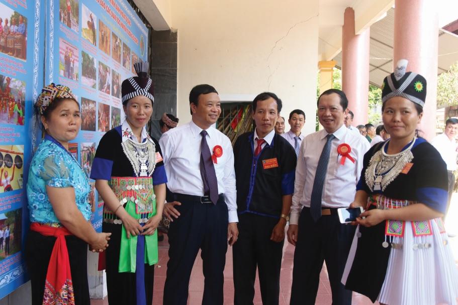 ông Lương Thanh Hải, Trưởng Ban Dân tộc tỉnh Nghệ An (thứ 2 bên phải) trao đổi cùng các đại biểu tham dự Đại hội.
