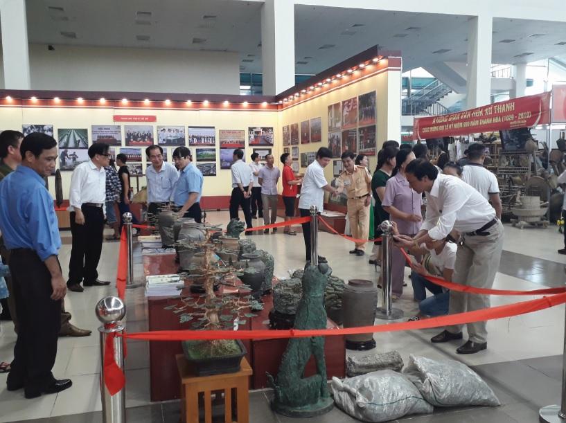 Triển lãm đã thu hút đông đảo người dân đến thăm quan.