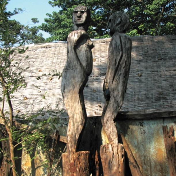 Những thân tượng mục nát bên nhà mồ, khiến trái tim những người già quặn thắt.
