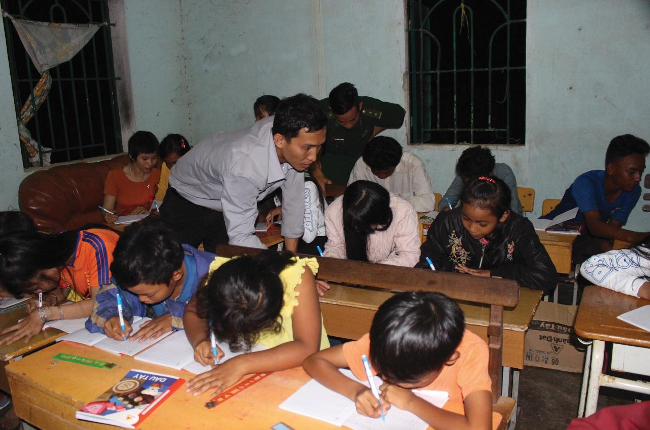 Các chiến sĩ biên phòng tận tình dạy chữ cho học sinh.