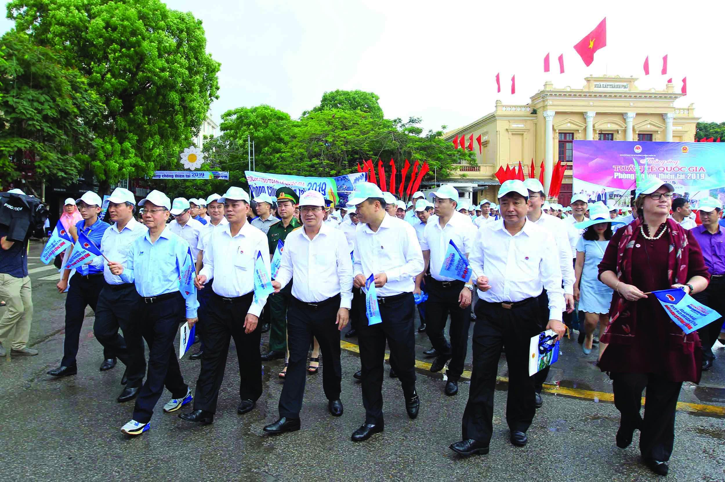 Phó Thủ tướng Trịnh Đình Dũng cùng các đại biểu diễu hành hưởng ứng Tuần lễ quốc gia về PCTT& TKCN.