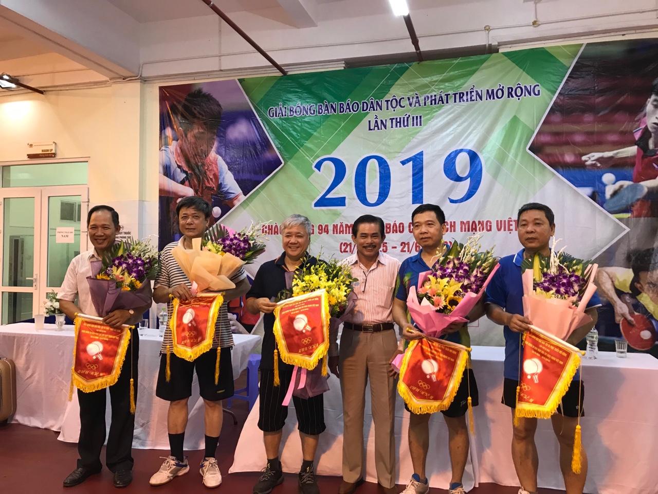 2.Đồng chí Lê Công Bình, Phó Tổng Biên tập-Phụ trách Báo Dân tộc và Phát triển tặng hoa và cờ lưu niệm cho các VĐV.