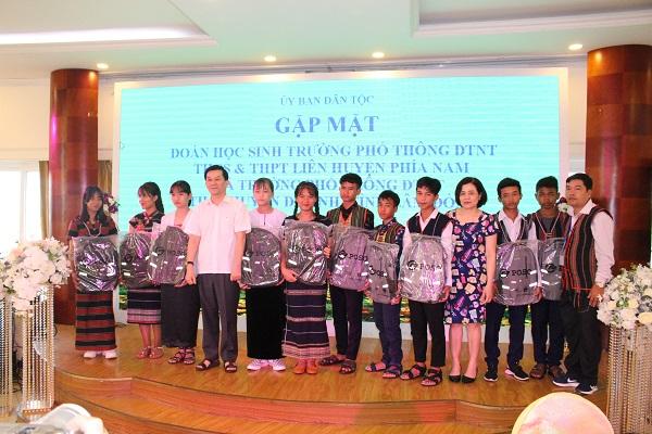 Thứ trưởng, Phó Chủ nhiệm Nông Quốc Tuấn chụp ảnh lưu niệm với các em học sinh DTTS tiêu biểu