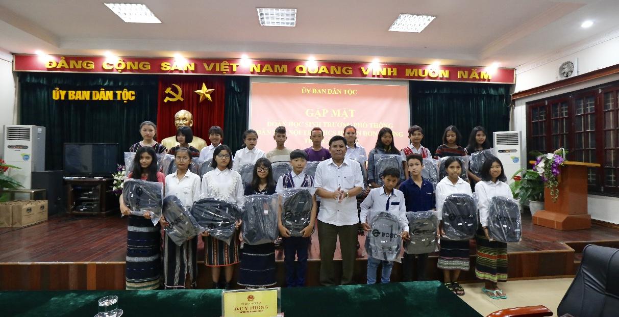 Thứ trưởng, Phó Chủ nhiệm Y Thông chụp ảnh lưu niệm cùng các em học sinh