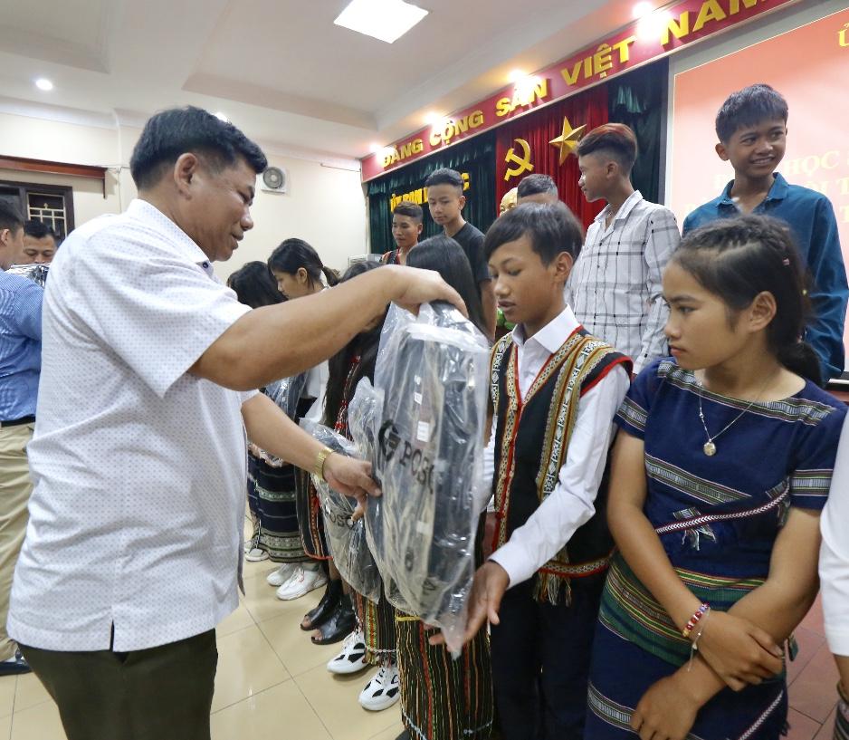 Thứ trưởng, Phó Chủ nhiệm Y Thông tặng quà các em học sinh