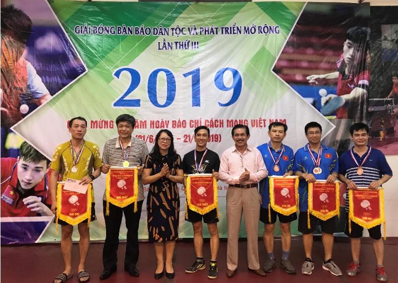 Ban Tổ chức trao giải cho các VĐV dành HCB, HCĐ