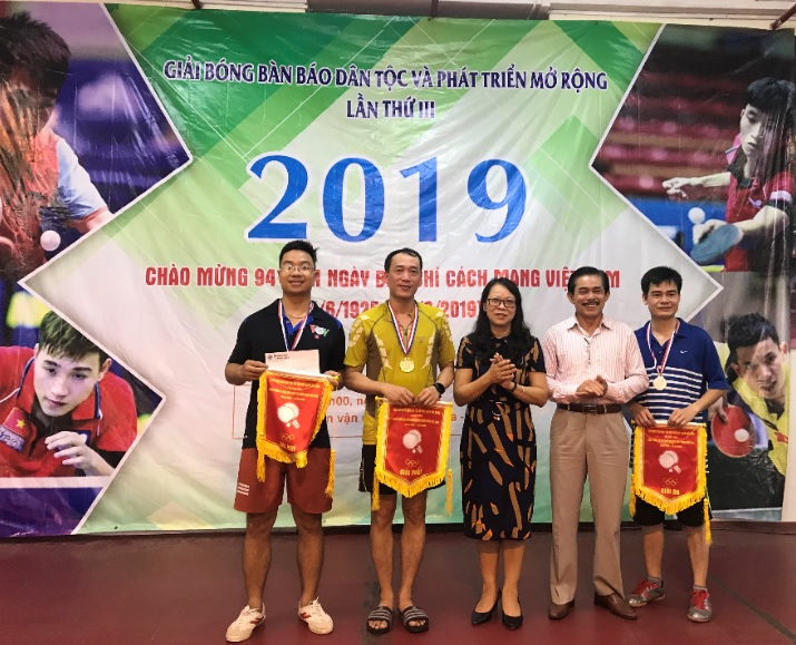 Ban Tổ chức trao giải cho các VĐV dành HCV