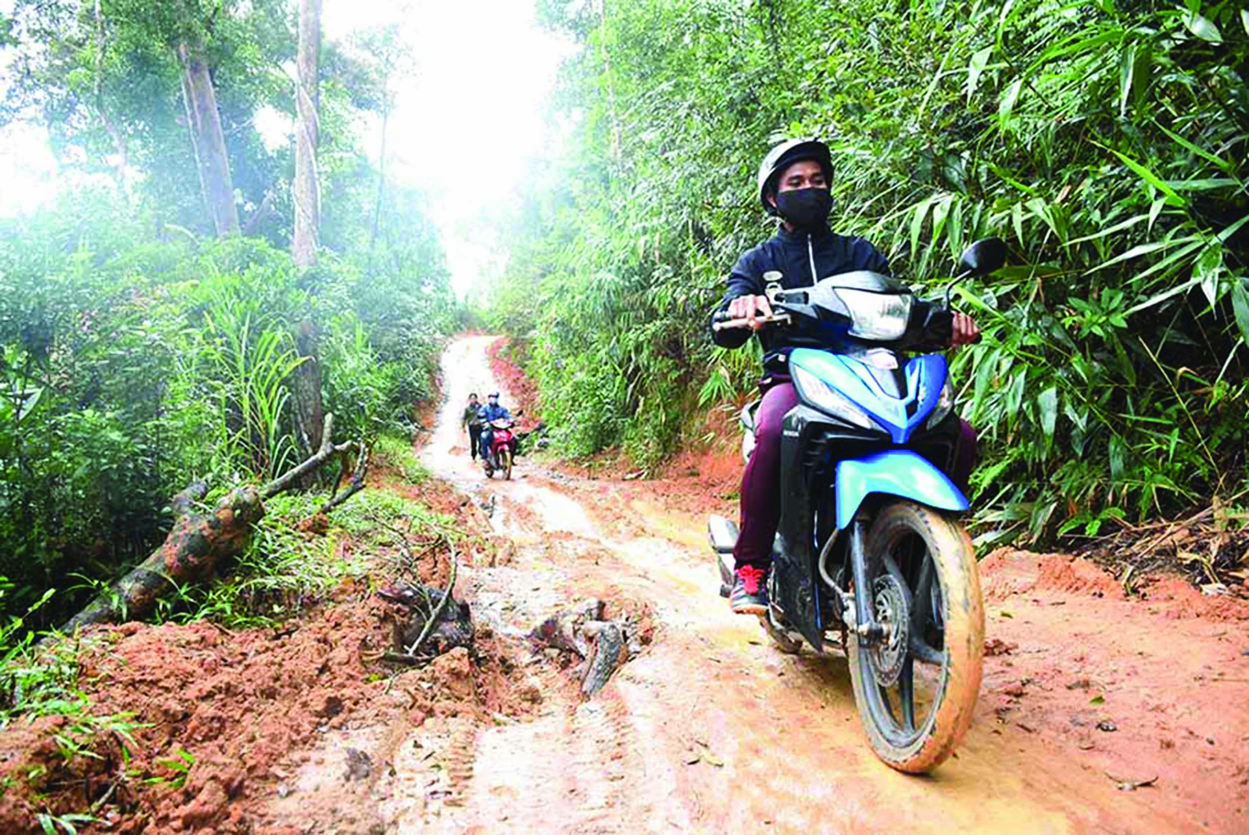 Giao thông đi lại khó khăn khiến người dân làng Pờ Yầu (Gia Lai) quanh quẩn với cái nghèo. (Ảnh TL)