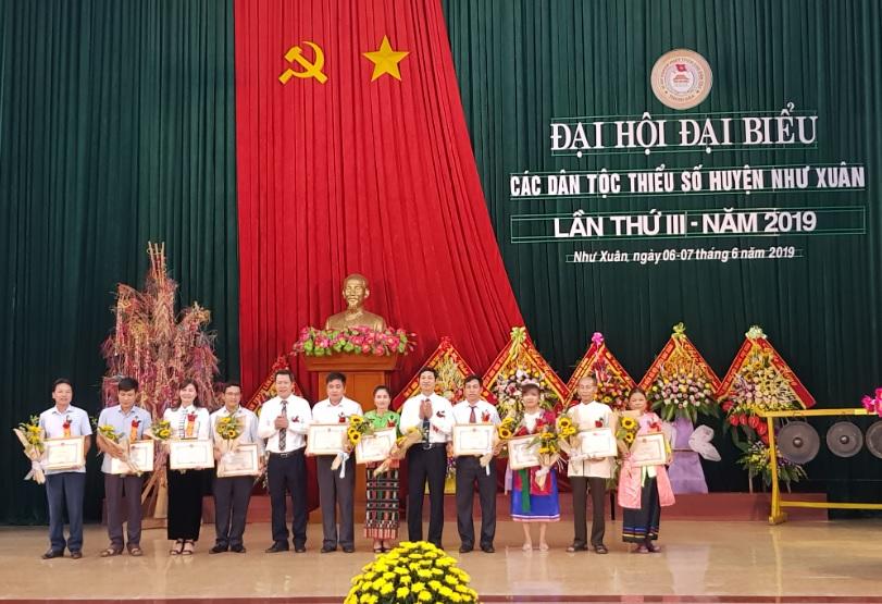 UBND huyện Như Xuân, tỉnh Thanh Hóa tặng Giấy khen cho các tập thể, cá nhân tiêu biểu, xuất sắc.