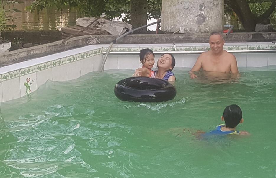 Được dạy bơi cho các cháu nhỏ là niềm vui của ông Kỷ mỗi ngày.