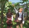 Ông Đinh Văn Trí hướng dẫn bà con Cơ-tu chăm sóc thu hoạch chuối.