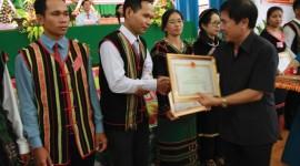 Vụ trưởng Vụ Địa phương II Nguyễn Xuân Đức trao Bằng khen của Bộ trưởng, Chủ nhiệm UBDT cho tập thể, cá nhân có nhiều đóng góp trong công tác dân tộc tại Đại hội Đại biểu các DTTS huyện Đăk Mil.