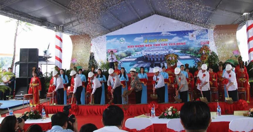 Chủ tịch Quốc hội Nguyễn Thị Kim Ngân và lãnh đạo TP. Cần Thơ tham gia lễ khởi công.