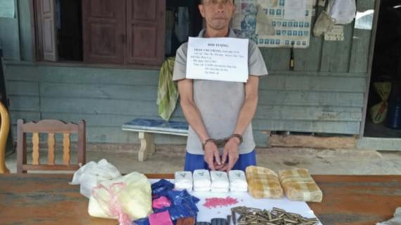 Đối tượng Thạo Chư Chang cùng tang vật 12.000 viên túy tổng hợp và 180 viên đạn. (Ảnh: Bộ đội Biên phòng Thanh Hóa cung cấp).