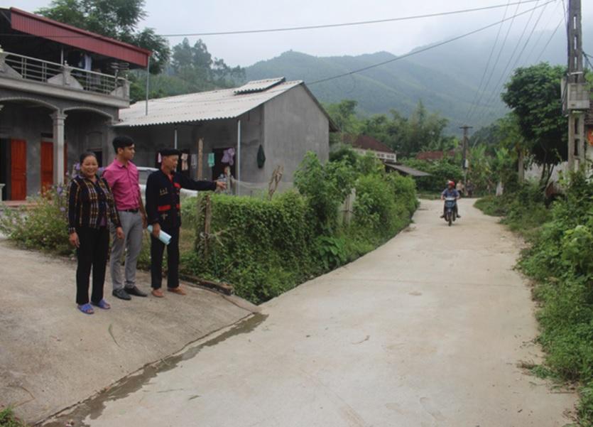 Ông Đặng Văn Sinh (bên phải) ở thôn Thành Công, xã Lãng Công (Sông Lô) đã vận động bà con Nhân dân hiến đất và nhiều ngày công làm đường GTNT.
