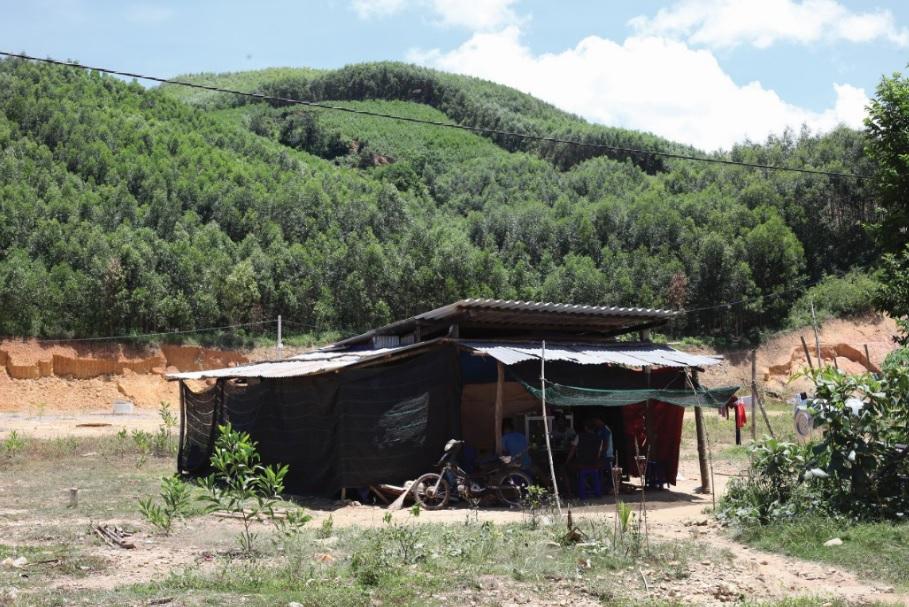 Người dân phải dựng nhà tạm để ở chờ vào khu TĐC.