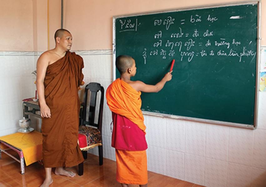 Đại đức Út Hiền trong một buổi đứng lớp dạy học sinh Khmer.