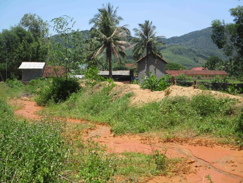 Nước từ khai thác vàng trái phép chảy trong khu dân cư